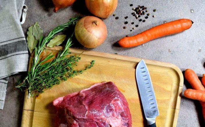 Fotografie jídla, hovězí po burgundsku