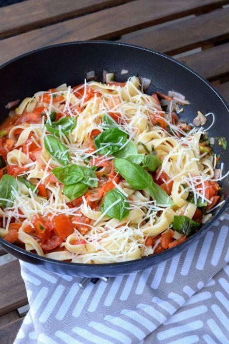 Fotografie jídla, italské těstoviny s rajčaty